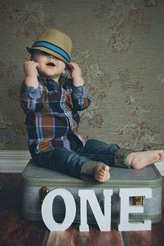 Some really cute birthday ideas for 1 year old babies. Super cool and very easy to diy at home. Baby Boy Photos, Newborn Pictures, Baby Pictures, Newborn Pics, Cute Birthday Ideas, 1st Birthday Pictures, Cool Baby, 1st Birthday Photoshoot, 1st Boy Birthday