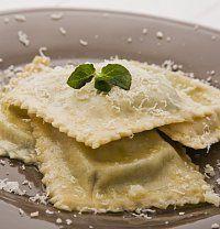 Ravioli se špenátem a ricottou se vaří ve střední a severní Itálii, kde se na přípravu těstovin používá hladká mouka. V jižní Itálii pro změnu dávají přednost semolině, která je hrubá. A u vás se již můžete těšit na báječné domácí těstoviny! Ricotta Ravioli, Pasta, Bread, Food, Brot, Essen, Baking, Meals, Breads