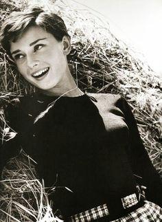 Audrey Hepburn Pixie Haircut – The Best Hairstyles - Home - Short Pixie Cuts Audrey Hepburn Pixie, Audrey Hepburn Hairstyles, Pixie Cut 2015, Pixie Cuts, Girls Pixie Cut, Pixie Hairstyles, Cool Hairstyles, Pixie Haircuts, Pelo Guay