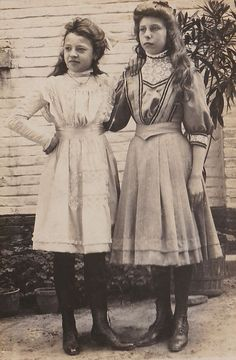 Young teenage girls in day dresses. I'm not that good at dating Edwardian childrens' clothing, but I'd say this is probably 1900s Fashion, Edwardian Fashion, Vintage Fashion, Edwardian Era, Vintage Mode, Vintage Girls, Historical Costume, Historical Clothing, 1900 Clothing