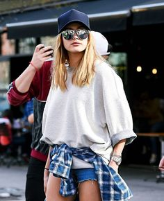Looks gorra lentes espejo street style sudadera gris shorts camisa cuadros