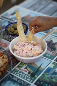 Den här färskosten brukar jag ofta bjuda på innan middagen, ställ fram en skål med färskosten och tryck ner några grissin, sen får varje gäst ta sin ost s...