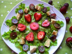 Owocowa sałatka na sałacie dębowej