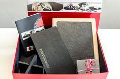 Una #cajaregalo exclusiva, personalizada y sumamente original: Un #plato grabado en #laser para poner sus polvorones, Una de nuestras exclusivas #tablas de madera para plato de #pizarra, uno de nuestros novedosos #soportes para #platos y #bandejas además de un lote de #posavasos de 10X10. No deje pasar esta oportunidad única. Laser, Christmas Gifts, Gift Boxes, Coasters, Boards, Opportunity, Trays, Printmaking, Puertas