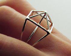 Moderne, handgemachte zeitgenössische-Ring aus Sterling, Silberdraht und Harz. Dies ist ein fabelhaftes Ring, jeden Tag zu tragen, es macht einen Einfluss, aber ist nicht schwer zu tragen.  Bitte wählen Sie eine Größe aus der Drop-Down-Menü. Schön fertig, es ist komplett original, einer Art, Hand geschmiedet und Hand geschnitzt, es hat auch ein hohes Poliermittel.  Er misst 2,5 cm oder 1 Zoll im Durchmesser Speziell für Sie angefertigt  Harz-Schmuck ist leicht zu pflegen. Waschen Sie in…