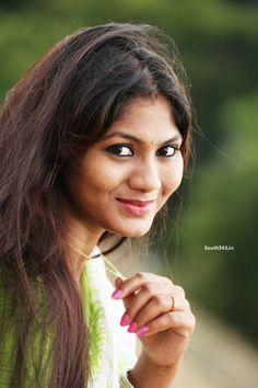 Telugu Actress Shruthi Reddy Latest Photoshoot In Parrot Green Saree Blouse (4) at Shruthi Reddy in Green Saree Photoshoot  #ShruthiReddy