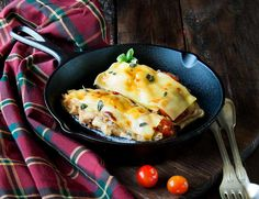 Berenjenas rellenas de pollo y gratinadas con queso. Receta fácil y rica.