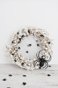 This easy diy spider wreath for Halloween can be made in less than 5 minutes and with only three supplies. Come check out this awesome Halloween DIY. Halloween Rose, Diy Halloween Spider, Yeux Halloween, Halloween Spider Decorations, Creepy Halloween, Homemade Halloween, Disney Halloween, Halloween Crafts, Chic Halloween Decor