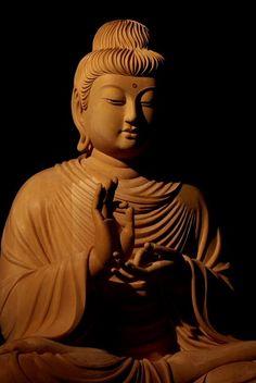 仏像彫刻原田謹刻 釈迦説法像 お釈迦さまが説法をされているお姿です。 頭髪と衣はガンダーラ仏の様式を取り入れてあります。 以下、初転法輪(しょてんほうりん)に関しての記述です。 初転法輪(しょてんぽうりん)とは、お釈迦様が初めて仏教の教義(法輪)を人びとに説いた出来事を指します。 具体的には、お釈迦様が菩提樹下で悟りを開いた後、鹿野苑で元の5人の修行仲間に初めて仏教の教義を説いた出来事を指します。お釈迦様は当初、仏法の説明は甚だ難しく、衆生に教えを説いても理解されず徒労に終わるだろうと、教えを説くことをためらったとされます。