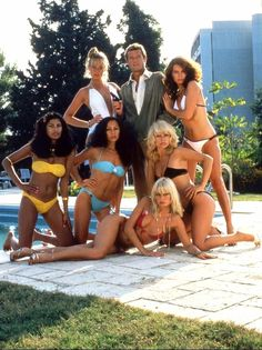 six James bond girls dont Lalla en bikini noir avec Roger Moore Style James Bond, James Bond Women, James Bond Images, James Bond Movie Posters, James Bond Movies, Roger Moore, Playboy, George Lazenby, Timothy Dalton