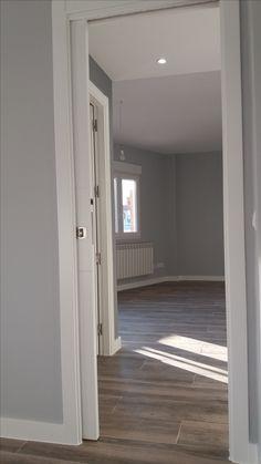 Puerta corredera lacada en blanco con uñero para facilitar mayor apertura. Suelo de gres porcelánico, estilo madera, modelo de imagen Atelier Taude (15,95€/m2)