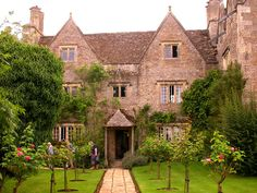 I love english manors. They are so beautiful and picturesque to me.