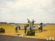 A Spitfire Mk II, late summer with ground crew. a Fitter, a Rigger and two Armourers. Ww2 Aircraft, Fighter Aircraft, Military Aircraft, The Spitfires, Old Planes, Supermarine Spitfire, Battle Of Britain, Buggy, Royal Air Force