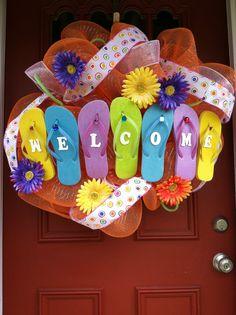 Summer Wreath, Deco Mesh Flip Flop Wrea,th Crafts To Make, Fun Crafts, Arts And Crafts, Wreath Crafts, Diy Wreath, Wreath Ideas, Flip Flop Craft, Hawaian Party, Flip Flop Wreaths