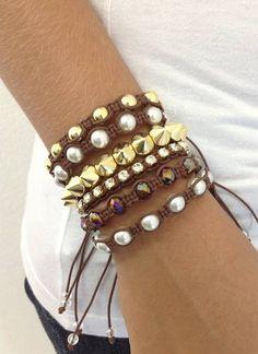 Kit de pulseiras shambalas e spike, confeccionadas em macramé, com cordão encerado na cor café, composto de 6 pulseiras - 2 pulseiras de pérolas de 8 mm - 1 pulseira de bolas douradas de 8 mm - 1 pulseira de corrente de strass PP32 (strass pequeno), com banho dourado - 1 pulseira de cristais facetados de 8 mm na cor marrom - 1 pulseira de spike pequenos, em ABS dourado  > Pode ser confeccionado em outras cores de cordão encerado (cores disponíveis: Amarelo, amarelo cítrico, azul claro, bege…