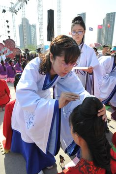 A girl from Taiyuan receives a hairpin to show that she has left childhood and entered adulthood.