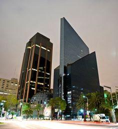 El arquitecto Juan José Díaz Infante y el ingeniero Leonardo Zeevaert construyeron el edificio de la Bolsa Mexicana de Valores, ubicado en la esquina de Río Rhin y Paseo de la Reforma en la colonia Cuauhtémoc. En 1990 fue inaugurado, su fachada tiene dos tipos de cristales: negro y azul claro. El edificio de la Bolsa Mexicana de Valores se ha convertido en uno de los inmuebles emblemáticos de la Ciudad de México.