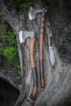 """Brace yourselves with brothers of The Bad Company - Northlander Forest axe """"Stalwart"""", Baltic Viking's axe """"Braveheart"""" and Damascus Bowie knife """"White Wolf""""! Available to order in our website. Cool Knives, Knives And Tools, Knives And Swords, Messer Diy, Vikings, Viking Axe, Battle Axe, Viking Battle, Fantasy Weapons"""