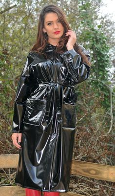 A lovely lady in her shiny PVC mac Vinyl Raincoat, Pvc Raincoat, Plastic Raincoat, Latex Skirt, Latex Dress, Imper Pvc, Black Mac, Black Raincoat, Rain