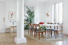 """El comedor - AD España, © Asier Rua """"La mesa del comedor la diseñamos nosotros y la mandamos a hacer con un cerrajero, el tablero es de pino pintado. Las sillas son de La Recova, las retapizamos con una tela de los 60 comprada en El Rastro. El cuadrito que se ve en la esquina sobre el radiador es de Fernando García, representado porHeinrich Ehrhardt""""."""
