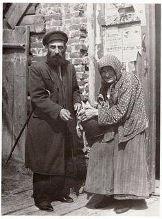 Вот она - с горшком гороха женщина. Острог, 1925.