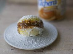 Powder Puffs or Chilean Empolvados are a small and soft cake fill with dulce de leche. Chilean Recipes, Chilean Food, Healthy Fridge, Latin American Food, American Desserts, My Dessert, Little Cakes, Recipe Images, Finger Foods