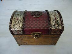 Bau com textura e latonagem dourada e vermelha envelhecida . www.elo7.com.br/esterartes
