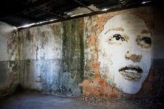 Finies les bombes de peinture chimique, aujourd'hui de nouvelles tendances plus écolos émergent dans le street art. Fresques au marteau-piqueur, dessins de boue ou à la brosse, la créativité des artistes urbains est sans limite. 1. L'art au marteau-piqueur...