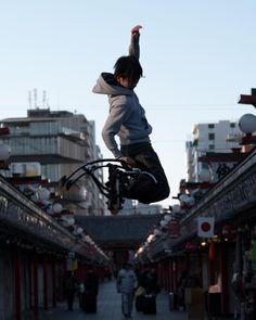 まーぼさんはInstagramを利用しています:「参拝客と飛び跳ね男子。 #exklusive_shot #streetsports #exsports #おさんポートレート部 #被写体募集 #japanese #portrait #tokyocameraclub #IGersJP #instagood #VSCOcam #vscogoodshot #reco_ig #ファインダー越しの私の世界 #tokyo #team_jp_ #igmasters #lovers_nippon_portrait #nikon_dslr_users #tokyo #indies_portrait #indies_gram #match_portrait #2instagoodportraitlove #sunriselover #奥行き同盟 #poweriser #jumpingstilt #asakusa #method #xsports」