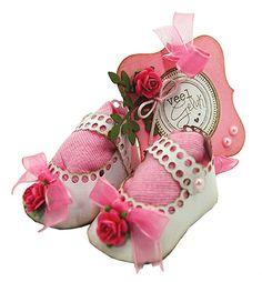 Diese niedliche Baby Mini Schuhe, sind mit der Stanz Schablone gebastelt. Ein süßes Geschenk für Taufe, Geburt oder andere Anlasse. Diese Schablone ist hier erhältlich http://www.hobby-crafts-and-paperdesign.eu/de/joy-crafts-schneide-und-prageschablone-5534727.html