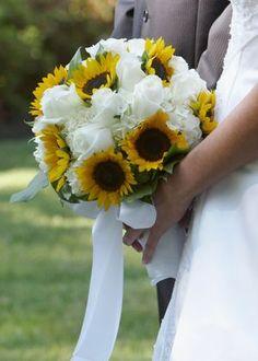 Brautstrauß mit weißen Rosen und Sonnenblumen - Deko: Sonnenblume -