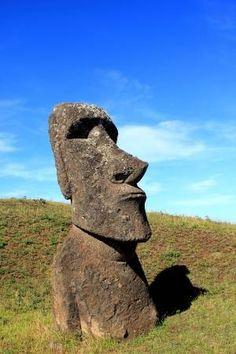 Moaï à la carrière, l'île de Pâques, Chili Easter Island Statues, Artificial Rocks, Tiki Head, Travel Logo, Matte Painting, Totems, Native Art, Site Design, Habitats