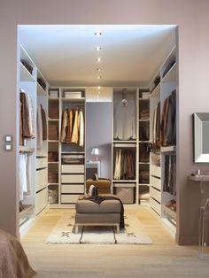 """L'aménagement : L'implantation en """"U"""" est sans conteste celle qui fait la plus rêver ! Le dressing occupe ici trois pans de mur complets. Penderies, étagères, tiroirs, rails spécifiques pour les ... #maisonAPart"""