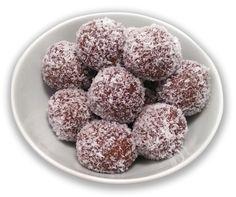 Μια πανεύκολη συνταγή για αρχάριους, για υπέροχα τρουφάκια σοκολάτας, με μπισκότα, ζαχαρούχο γάλα, κερασάκια μαρασκίνο, πασπαλισμένα με ινδοκάρυδο, με 5 μό Strawberry Truffle, Warm Potato Salads, Coconut Balls, Greek Sweets, Fudge Brownies, Seitan, Chocolate Covered Strawberries, Greek Recipes, Food Inspiration