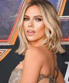 Prom season is just around the corner, and if you haven't already thought about your look, you should start with makeup inspo! We've rounded up the top celebrity makeup looks that you can pull off at prom this year to get you all glammed up! Short Choppy Haircuts, Short Hairstyles For Women, Easy Hairstyles, Simple Eyeshadow Looks, Vibrant Hair Colors, Celebrity Makeup Looks, Beauty Make-up, Nude Eyeshadow, Actresses
