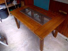 Table en bois recyclé avec insert carrelage en son centre. longueur 150cm, largueur 90cm et 72 cm de haut. épaisseur du plateau 3,5 cm.