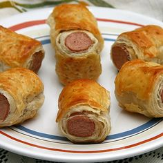 Make your own hot dogs in blankets using your favorite beef, chicken, turkey or veggie dogs for a juicy franks in blanks cheaper and just as easy as the frozen ready to bake ones. Sausage Wrap, Sausage Rolls, Tapas, Hamburgers, Vienna Sausage, Kids Meals, Easy Meals, Salty Foods, Pigs In A Blanket