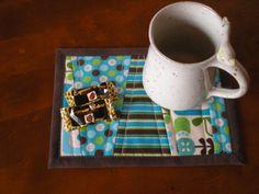 Becherteppich (MugRug) aus Baumwolle - ein UNIKAT!    Nie mehr Kaffeeränder auf der Tischplatte und viel schöner als Servietten oder Notizzettel.  ...
