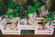 O DIY é a melhor solução para inserir a personalidade dos noivos em todos os detalhes do seu casamento. Veja nesse post como criar lembrancinhas de casamento personalizadas para emocionar os convidados.