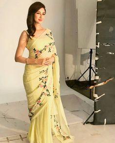 Here is the latest collection of bollywood actress latest saree hd photos stills saree photo shoots magazine covers latest saree images.Bollywood Actress hot photos in saree hd wallpapers. Simple Sarees, Trendy Sarees, Stylish Sarees, Fancy Sarees, Indian Dresses, Indian Outfits, Saree Blouse Neck Designs, Blouse Patterns, Sari Dress