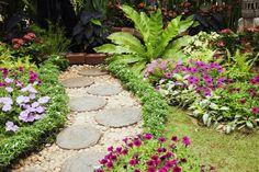 Kócos kertünkkel forduljunk szakemberhez. Persze tény, hogy erre nincs mindig kellő keret, ezért Tóth Ádám kertépítő, kertguru megosztja velünk a házilagos kerttervezés alapjait. Íme, 10 hasznos tipp, hogyan is fogjunk