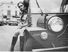 Mini Moke, Chelsea, London, 1966 1960s Fashion Women, Sixties Fashion, Vintage Fashion, Classic Mini, Classic Cars, Swinging London, Chelsea London, London Clubs, Back In The Day