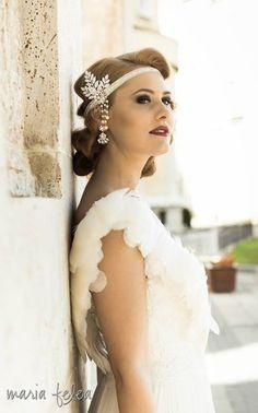 Vintage bridal headband Great Gatsby style. #bridal #headband #great #Gatsby #leafs #crystals #lace #feathers #ivoire #vintage #wedding #perles #hair #accessory #swarovski #20's #forehead #whimsical #bohemian