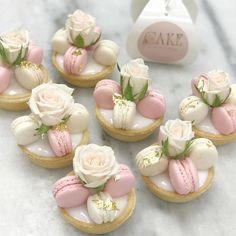 Delicadeza em forma de doce 💐🤗🤗😍Regrann from - Now Serving Macaroons, Macaron Cookies, Beautiful Desserts, Fancy Desserts, Macaroon Recipes, Cute Food, Mini Cakes, Dessert Table, Cookie Decorating
