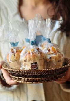 Mini-Panettone perfectly gifted from the children to the elderly Cake Packaging, Pan Dulce, Christmas Baking, Christmas Cakes, Diy Christmas, Holiday, Food Gifts, Diy Food, Hostess Gifts