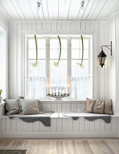 window seat in a Swedish decor Room Scandinavian Christmas, Scandinavian Style, Nordic Style, White Christmas, Swedish Style, Cozy Christmas, Nordic Design, Country Christmas, Scandinavian Interior