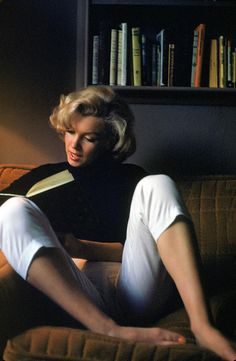 People Photograph - Marilyn Monroe Reading At Home by Alfred Eisenstaedt Marilyn Monroe Stil, Marilyn Monroe Photos, Marilyn Monroe Wallpaper, Color Photography, Photography Poses, Home Photo Shoots, Divas, Reading At Home, Instagram Pose