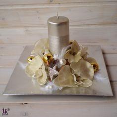 Vánoční tác Celeste Popis: Stříbrný vánoční tác ve střbno-zlaté barvě. Stříbrný tác zdobí svíčka, látkové orchideje, skleněné baňky, peříčka a sušina. Stříbrný tác je poškrábaný. Tato vada je zohledněna v ceně celé dekorace. Slouží pro dekorativní účely. Vhodný do interiéru. Rozměry: Šířka: cca 28 cm. Výška: cca 17 cm. UPOZORNĚNÍ: Barvy ...