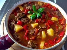 Bogracz Gulasz węgierski z wołowiny, boczku, ziemniaków, cebuli, papryki i pomidorów. Tradycyjnie bogracz jest przygotowywany w kociołku nad ogniskiem, jednak w warunkach domowych musimy posłużyć się garnkiem na kuchence 😉 Jest to bardzo pożywne, smaczne i aromatyczne danie, którym nasyci się cała rodzina. Do tego idealnie rozgrzewa w chłodne dni, polecam!  0,5 kg wołowego … Goulash, Soup Recipes, Grilling, Food And Drink, Menu, Cooking, Blog, Dutch Oven, Dinners