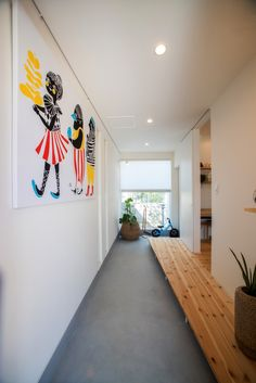 スーっと奥に抜けた玄関。モルタル土間と白壁に壁の絵がインテリアのポイントです。やわらかい印象のパイン材のホールが、斜めでシャープにつくっているのが、にくい!下に平靴が入ったりもします。 #ピクチャーウィンドウ #土間 #モルタル #パイン材 #自転車置き場 #土間収納 #小上がり #下収納 #玄関 #設計事務所 #設計士とつくる #デザイナーズ住宅 #デザイン住宅 #コラボハウス #香川 #愛媛